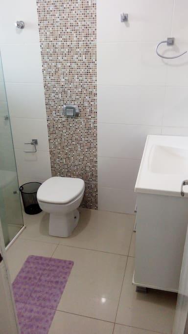 Banheiro com Tamanho adequado.