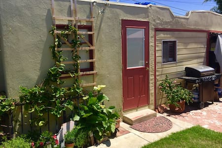 Cute mid town beach bungalow - Ventura