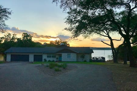 The Lake Belton Retreat! Lake Views & Access!