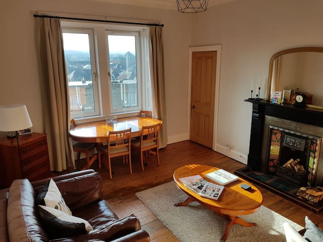 Comfy room - 10 mins to Airport/20 mins to Centre