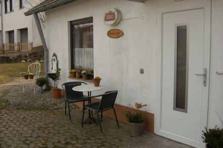 Connies Hütte Apartment ebenerdig mit Terrasse - Flußbach - Apartamento