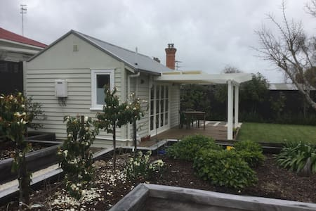 Sunny Devonport garden studio with ensuite - Auckland