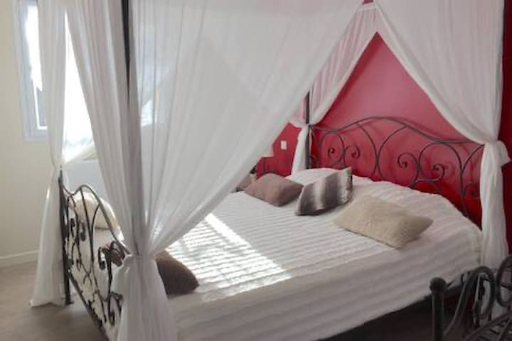 lits baldaquin 160 belle chambre avec accès sur la terrasse
