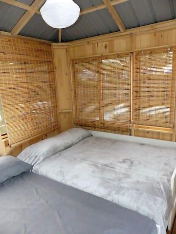 La nuit, étirez les banquettes en lits doubles pour dormir jusqu'à 4 personnes (maximum permis), mais l'hébergement est idéal pour 2. N.B La literie n'est plus disponible en raison du covid