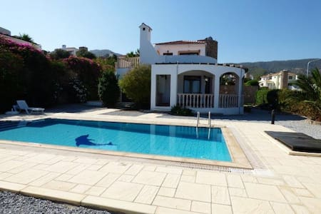 Villa with private pool and sunset sea views - Bahçeli