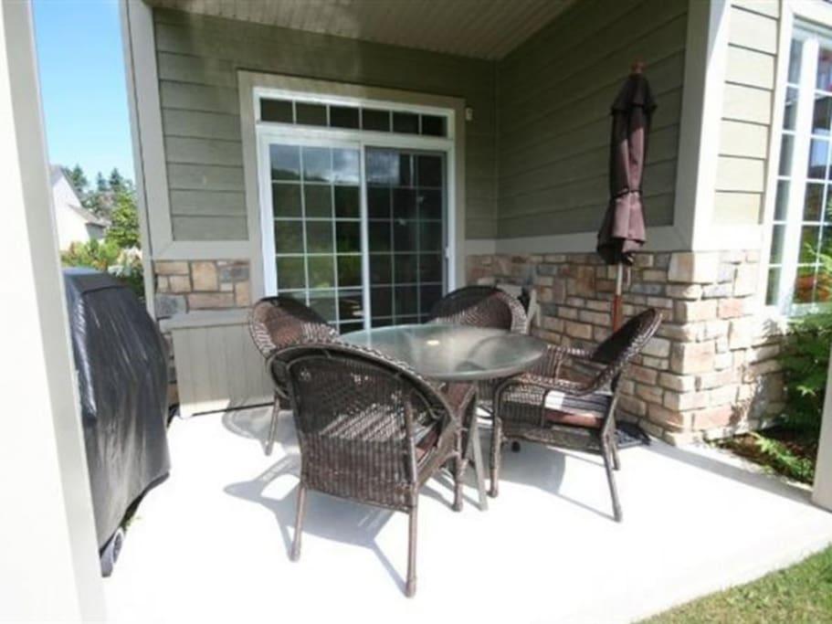 Un patio extérieur avec BBQ et meubles de jardin