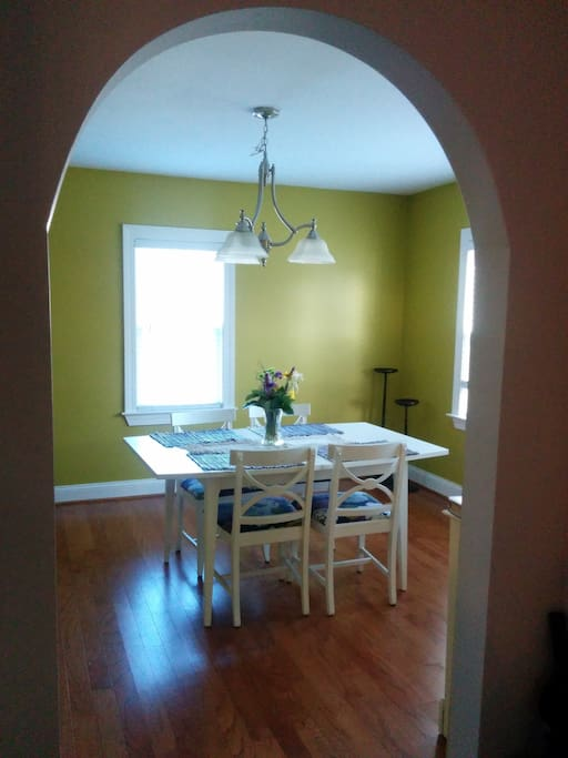 The cheery dining room!