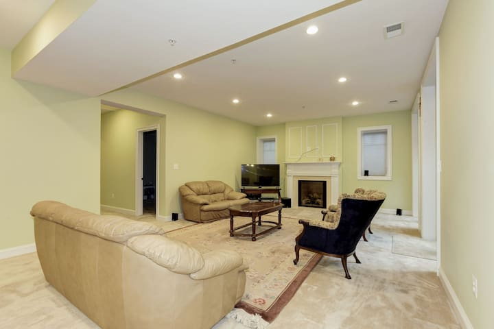 Classy, large, newbuild basement apt in Kensington - Kensington - House