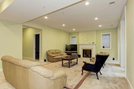 Classy, large, newbuild basement apt in Kensington - ケンジントン