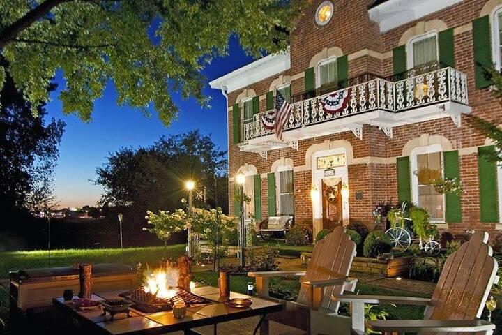 Cloran Mansion (Sara's Suite)