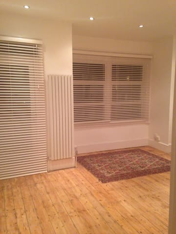 Newly Re-furbished With En Suite - London - Rumah