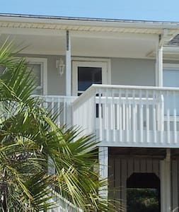 2nd row All Conched Out!Prime Location steps2beach - Emerald Isle - Rumah
