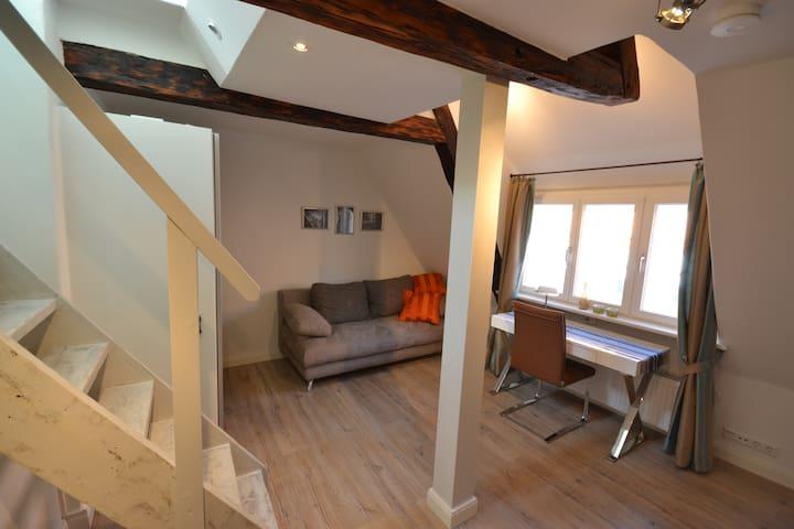 1. Schlafzimmer mit Schreibtisch und Schlafcouch, Treppe zur 2. Ebene - verschließbar