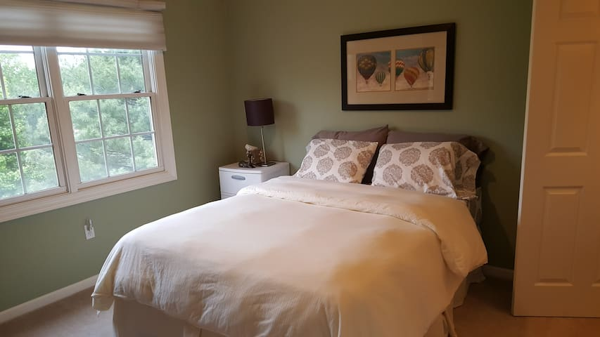 Charming Room #1 at The Huge Friendly Estate - Burtonsville - Hus