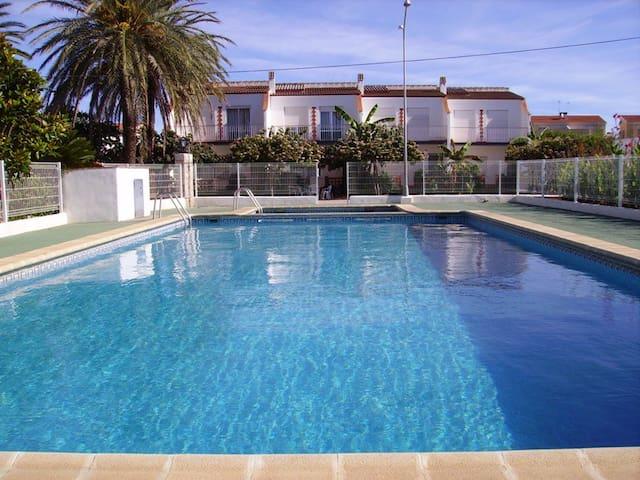 Bungalow con piscinas y wi fi apartamentos en alquiler for Piscina benicarlo