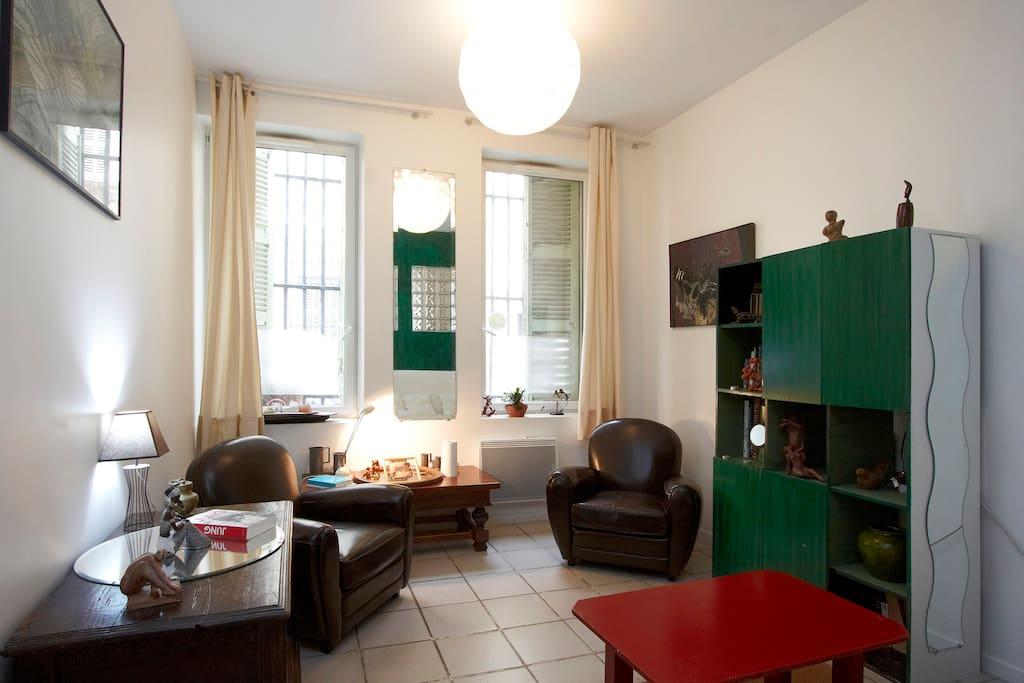 La chambre vue de sa porte d'entrée avec des fauteuils confortables pour se reposer