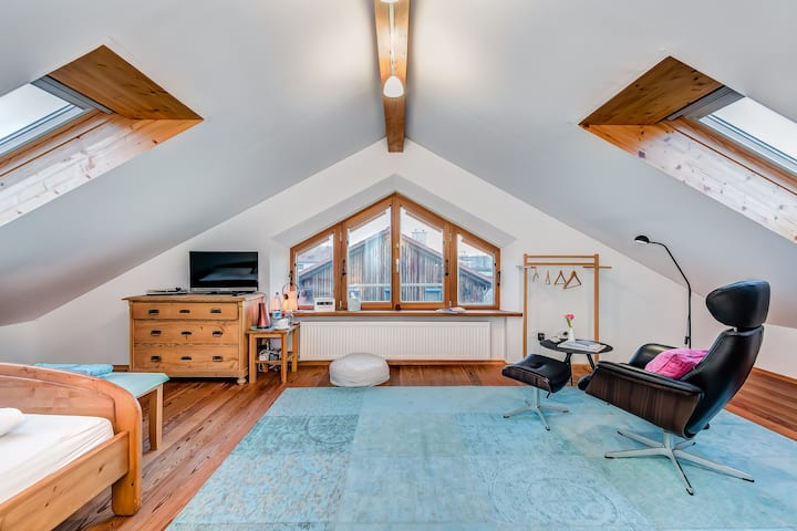 Nice (attic) room in Munich-east