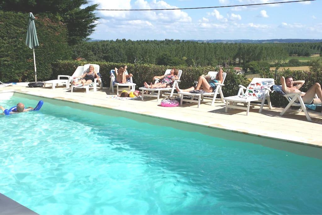 bains de soleil sur la terrasse clôturée autour de la piscine