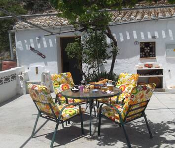 Cavehouse/ pool & wifi , short walk to town - Baza