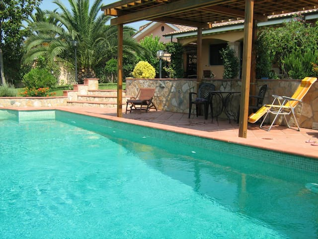 B&B VILLLA w. SWIMMING POOL-Glicine - Pomezia - B&B