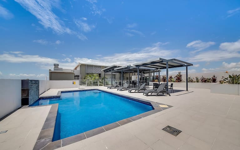 Rooftop Pool / BBQ Area