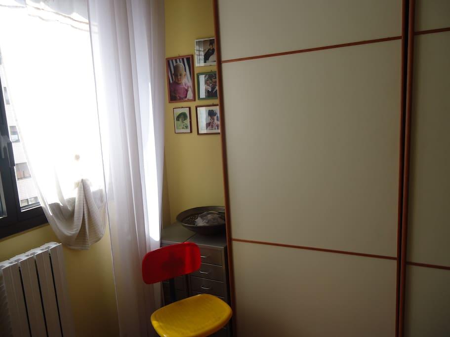 finestra, armadio ad ante scorrevoli