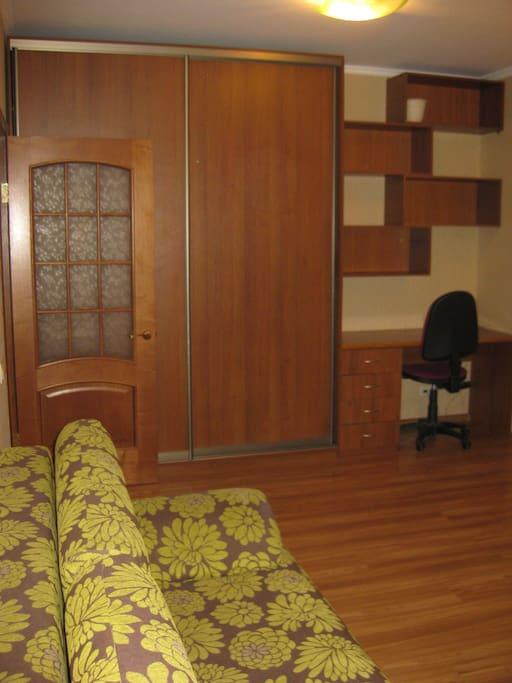 Большой раздвижной шкаф и письменный стол