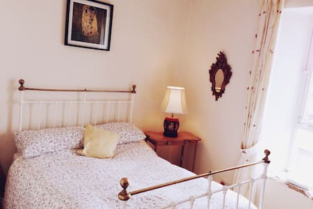 Lovely double bed in town house - Maison