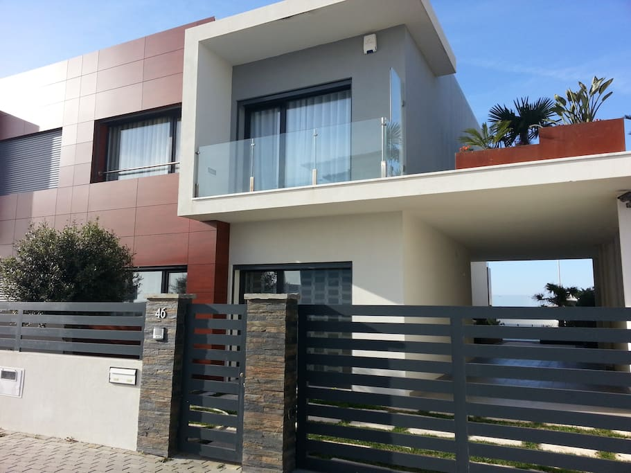 Villa_Front view (It is possible to park in front the house)