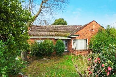 Low-Cost Spacious Private Room in Ashwood