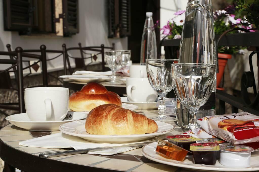 Colazione italiana inclusa! gli ospiti potranno scegliere se consumarla sulla nostra splendida terrazza o all interno della stanza!
