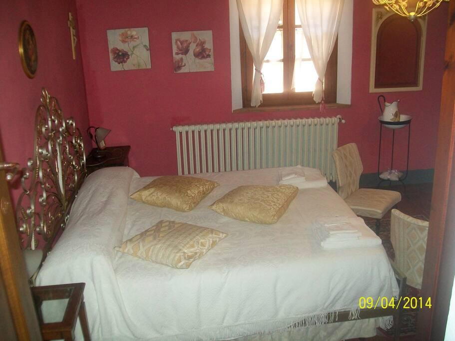 Camera rosa con letto matrimoniale e letto singolo