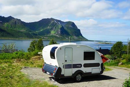 Campingvogn med panoramatak og vakker utsikt