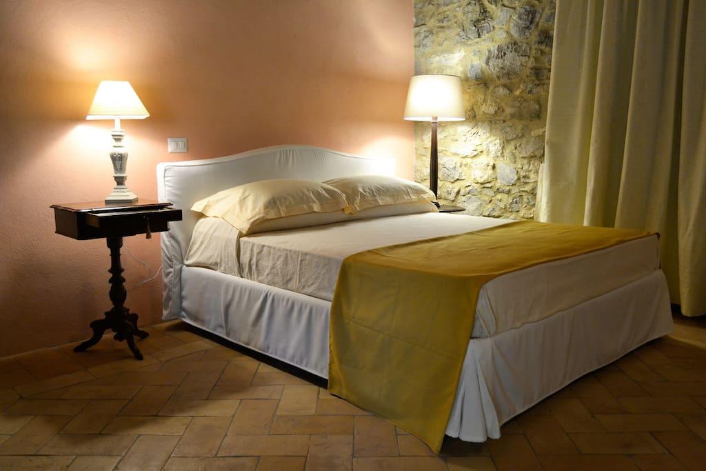 Un letto, spazioso, luci soffuse e tanta armonia e silenzio.