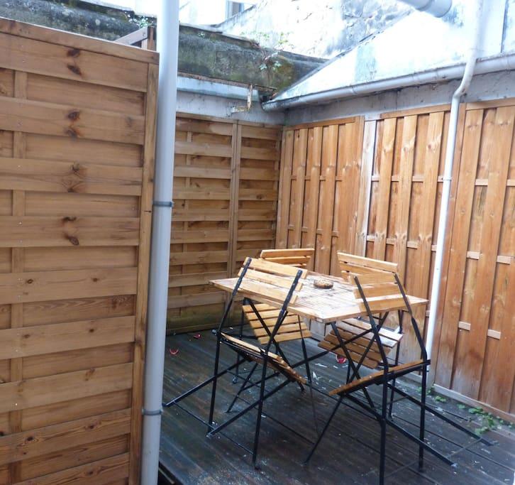 Une agréable terrasse donnant sur une cour intérieure très calme !