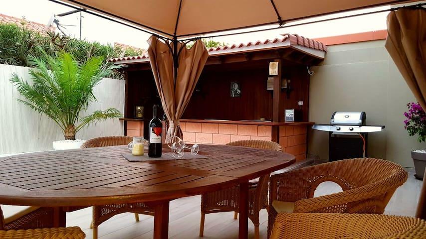 Tisch, Bar und Grill im Außenbereich