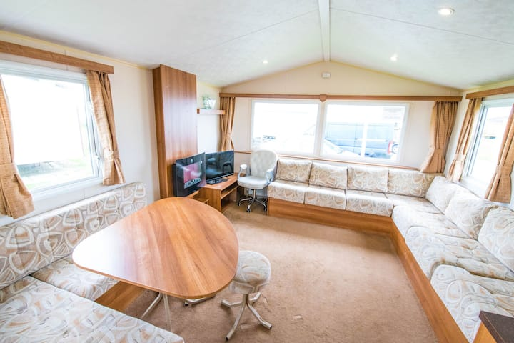 MP416 - Camber Sands Holiday Park - Sleeps 8 + 2 Dogs of any size - centrally located