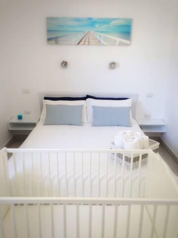 Bedroom, a clean full set of towels and sheets ready at your arrival!  Camera da letto, lenzuola e set completo di asciugamani pronti al tuo arrivo!