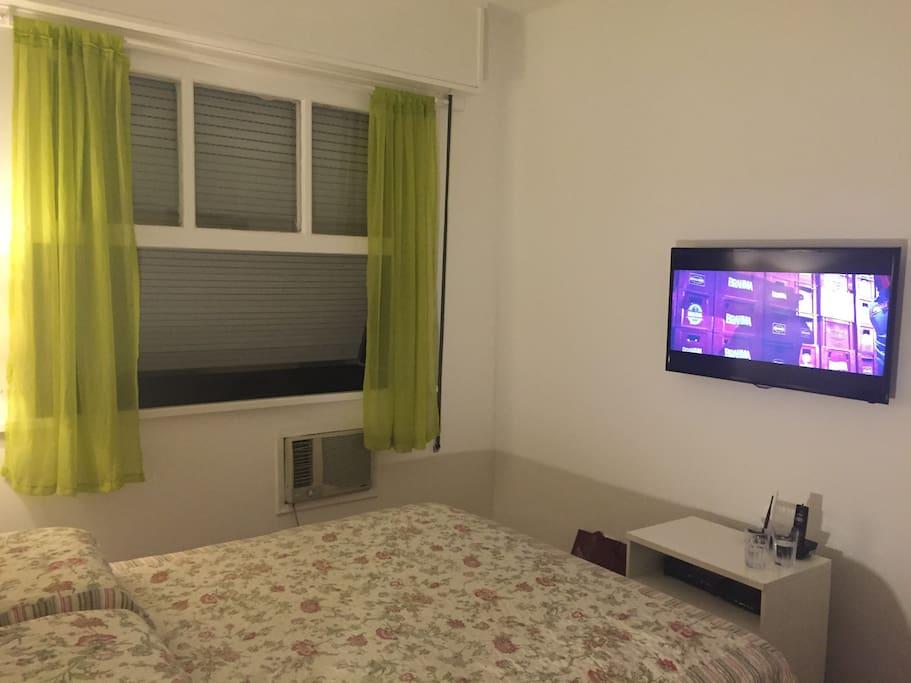 quarto de casal com ar e ventilador de teto, tv a cabo e wifi
