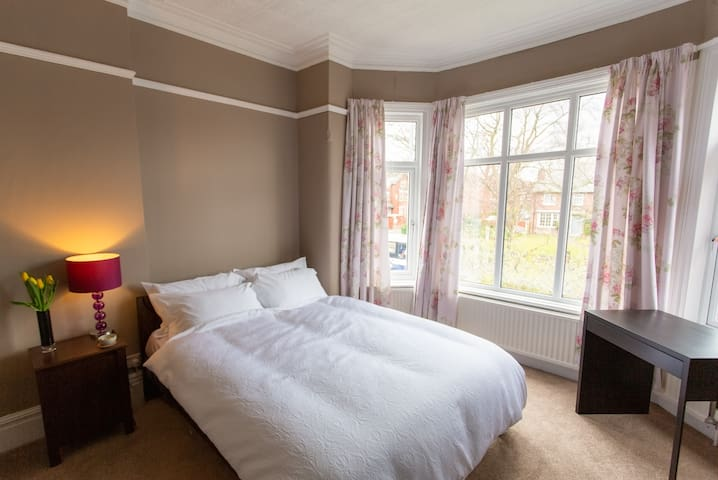 En-suite King Size in Chorlton (F) Private Parking