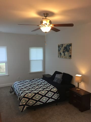 Comfy Spacious Private Queen Bedroom Near Downtown