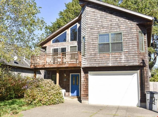 Sitka Retreat - Manzanita Beach One Block Away From This 4-Bedroom with Pool Table, Hot Tub!