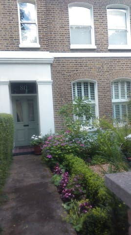 A Nunhead room in an attractive Victorian house. - Londra - Bed & Breakfast