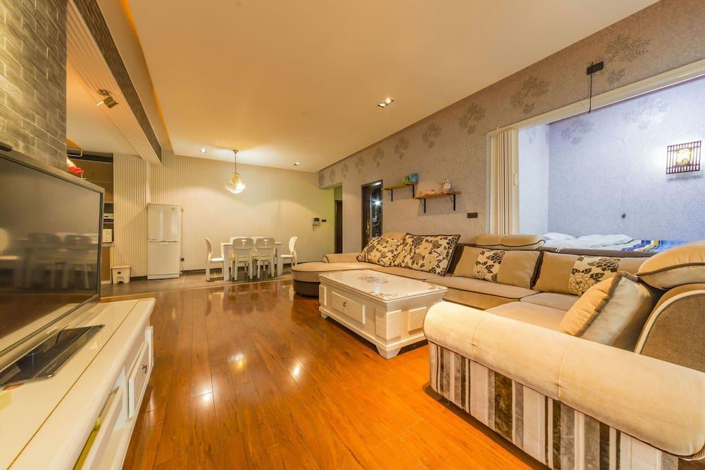 宽阔的客厅通向大阳台,可欣赏江景 / Large Living Room connecting to balcony with Best Changjiang River View.