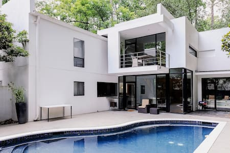 Modern Buckhead Mansion with Pool - Dům