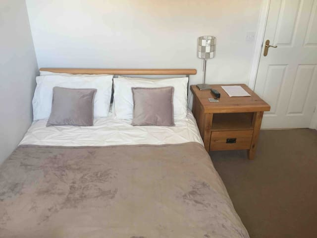 Double bed with en-suite in quiet comfortable home