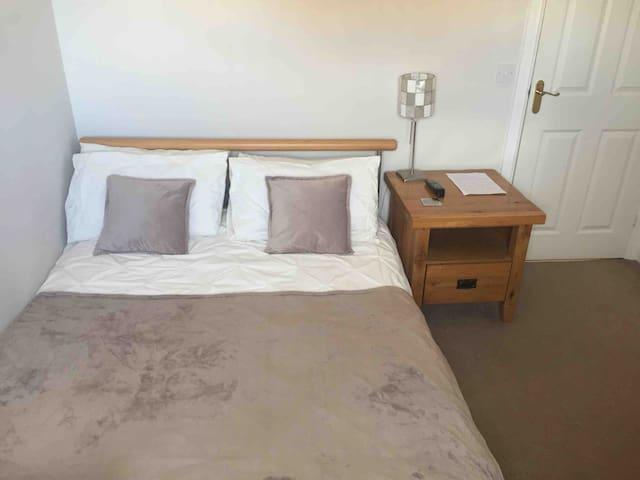 Double bed with en-suite in quiet comfortable home
