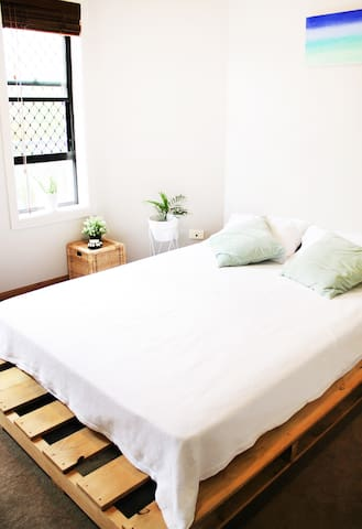 Bright, queen bed room with air con in Coolangatta