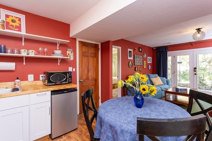 Sunflower Suite/House Apt. near Franklin St. & UNC