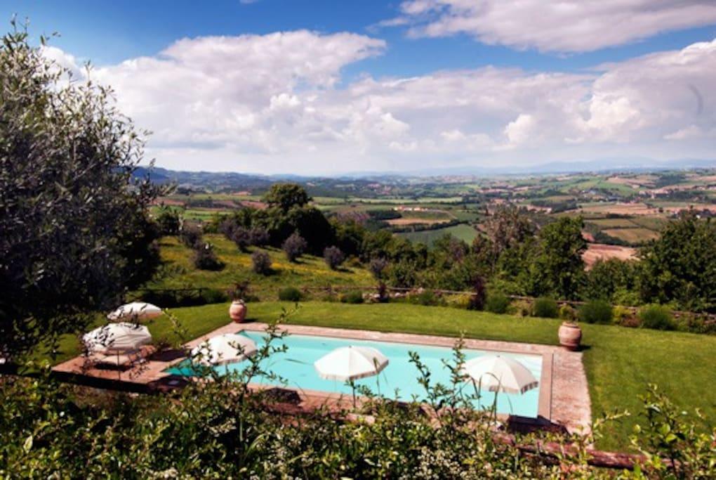La piscina: splendida terrazza sulla media valle del Tevere!